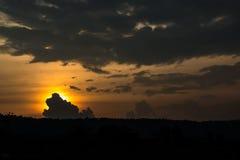 剪影云彩和山与日落天空 免版税库存照片