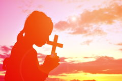 剪影人耶稣和十字架 免版税库存照片