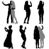 剪影供以人员和采取selfie与的妇女 免版税库存图片