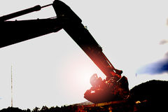 剪影反向铲或挖掘机 库存图片