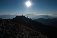 剪影和天际-在山的黄昏 免版税图库摄影
