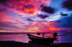 剪影和小船渔夫 免版税图库摄影