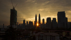 剪影图象的在日出的大厦 免版税库存照片
