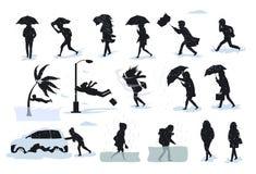剪影在恶劣天气情况期间的人,走的跑在猛烈的雨风,冰雹,海啸,风暴,飞雪, floo期间 免版税库存照片