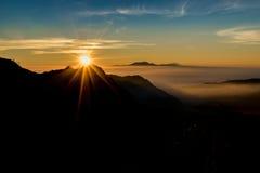 剪影在日出的Bromo山 免版税图库摄影