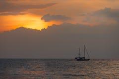 剪影在日落的帆船 免版税图库摄影