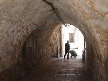 剪影在耶路撒冷巷道 库存照片