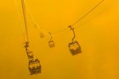 剪影在雾的缆车 免版税库存图片