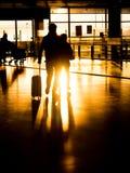剪影夫妇在机场为离开做准备 免版税图库摄影