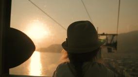 剪影女孩旅游缆绳推力日落,调低,享受海和山的看法 股票视频