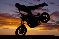 剪影妇女摩托车腿后面轮胎 库存照片
