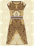 剪影妇女的夏天礼服米黄和棕色颜色织品棉花,丝绸,有东方佩兹利样式的球衣 时尚设计和i 库存照片