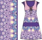剪影妇女的夏天礼服紫色和桃红色颜色织品棉花,丝绸,有东方佩兹利样式的球衣 时尚设计和i 库存图片