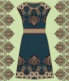 剪影妇女的夏天礼服绿色和棕色颜色织品棉花,丝绸,有东方佩兹利样式的球衣 时尚设计和i 库存照片