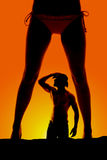 剪影妇女腿比基尼泳装前面和牛仔 免版税库存照片
