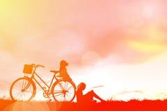 剪影孩子和自行车 库存图片