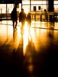 剪影家庭在机场为离开做准备 库存照片