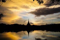 剪影寺庙和河在泰国khonkaen地标在晚上 免版税图库摄影