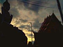 剪影寺庙在strom前的多云天空背景 图库摄影
