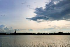 剪影寺庙泰国名字& x22; Wat Nong Wang& x22;位于Khonkaen,泰国美丽的天空,当日落时 图库摄影