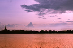 剪影寺庙泰国名字& x22; Wat Nong Wang& x22;位于Khonkaen,泰国美丽的天空,当日落时 库存照片