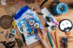 剪影小时的创造性的艺术家桌 免版税图库摄影