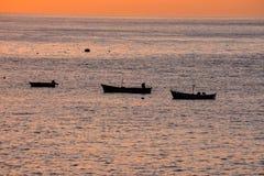 剪影小船在海洋 库存图片