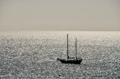 剪影小船在海洋 免版税库存图片