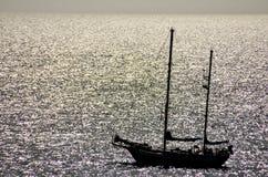 剪影小船在海洋 库存照片