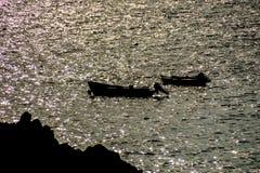 剪影小船在海洋 免版税图库摄影