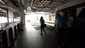 剪影录影游人和通勤者的从出发为火车的火车 地铁城市运输摘要 影视素材