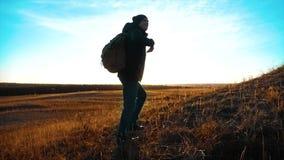 剪影徒步旅行者背包徒步旅行者人生活方式  走往的steadicam运动视频阳光日落人侧视图 影视素材