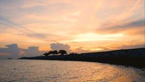 剪影愉快的人民走在海的桥梁的时间间隔和家庭沿日落边缘靠岸 影视素材