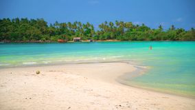 剪影愉快的夫妇享受在热带海滩的蜜月晴朗的夏日 股票录像