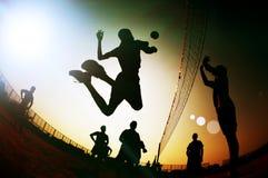 剪影排球运动员 图库摄影