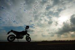 剪影摩托车 免版税库存图片