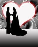 剪影新娘和新郎心形的月亮 免版税库存照片