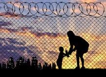 剪影有婴孩的难民母亲 免版税库存图片