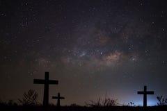 剪影横渡银河背景,长的曝光phot 免版税库存图片