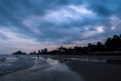 剪影海滩 库存照片
