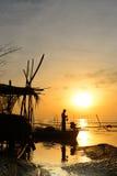 剪影渔夫在渔船突出 免版税库存图片
