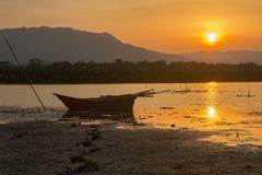 剪影渔船和日落 免版税库存图片