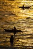 剪影照片 渔夫在日落的抓住鱼 美丽的太阳 库存照片