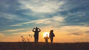 剪影父亲、母亲和儿童远足 婴孩坐他的父亲肩膀  远足迁徙的背包徒步旅行者 股票视频
