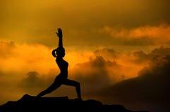 剪影瑜伽妇女 图库摄影