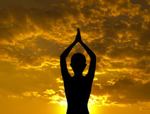 剪影瑜伽姿势 免版税库存照片