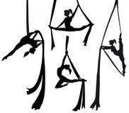 剪影的空中丝绸舞蹈家 免版税库存图片