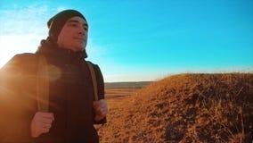 剪影背包徒步旅行者的徒步旅行者人 走往的生活方式steadicam运动视频阳光日落人侧视图 影视素材