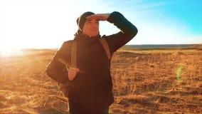 剪影背包徒步旅行者的徒步旅行者人 steadicam运动视频阳光日落人侧视图走的生活方式往 影视素材