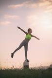 剪影行使在日落时间的健身妇女, 免版税库存照片